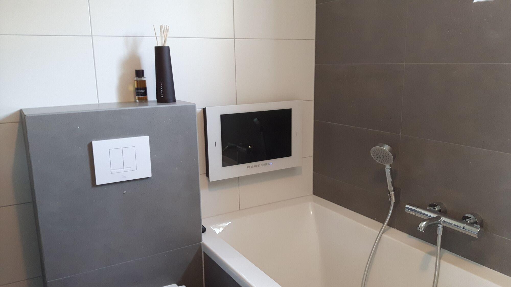 Badezimmer TV. Wasserdichte Badezimmer TVs für Badezimmer und Garten.